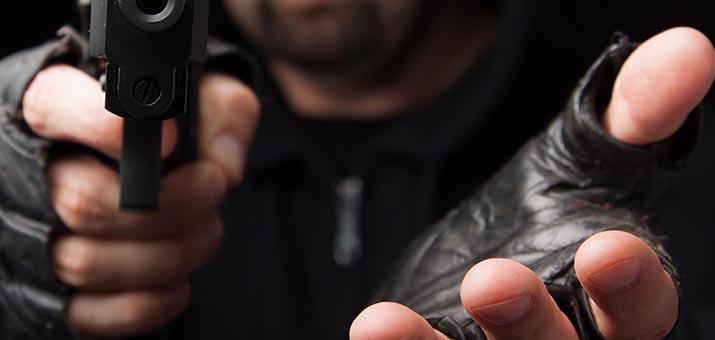 Zagtā policista formā apkrāpj spēļu zāli vainigais tika atrasts